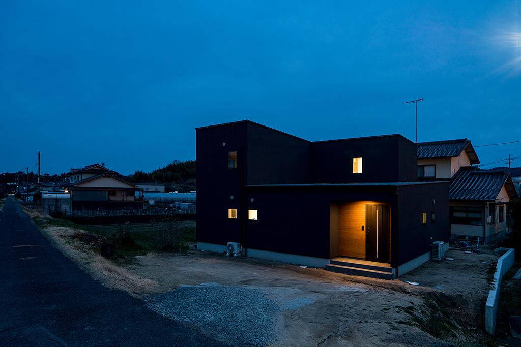 プライベートな中庭から光と風が広がる家